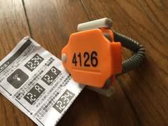 ロッカーの鍵?みたいな時計オレンジ色