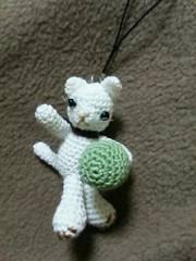 手編みのあみぐるみ、ボールを投げるネコストラップ