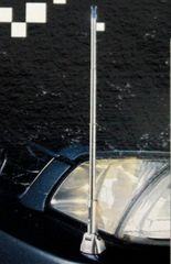 収縮するヘッドライトの反射で光るコーナーポール★車幅確認に