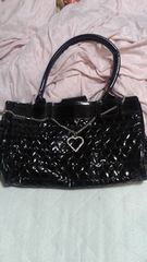 エナメル素材ブラックハートチャーム付きハンドバッグ