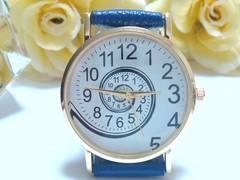 ぐるぐるデザインのお洒落な腕時計(青