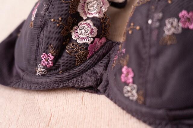 2137 花柄刺繍が可愛い紫ブラ B70 < 女性ファッションの