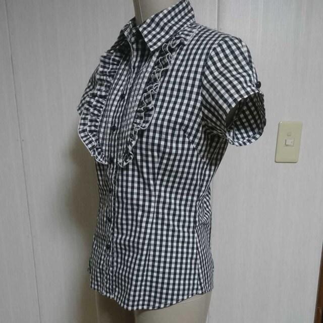 白黒ギンガムチェックのシャツ 胸元にフリルデザイン 難あり格安 < 女性ファッションの