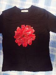 黒にお花のチビTシャツ