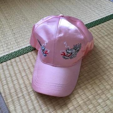 スカジャン風ドラゴン刺繍サテンキャップ。ピンク