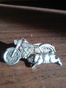 バイクと豚か犬のピンバッチ ハーレーダビットソン