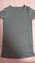 即決☆140�aユニクロ☆グレーの半袖ヒートテックシャツ
