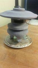 石のミニ灯籠。珍しい外国土産の台に載せて。
