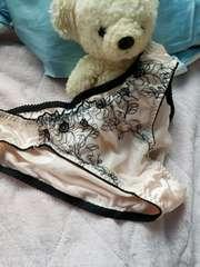 綺麗なお姉さんのゴージャス刺繍ツルテロパンティ