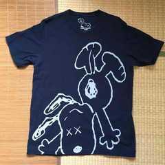 カウズ×ピーナッツ・スヌーピーイラスト柄Tシャツ。XLネイビー