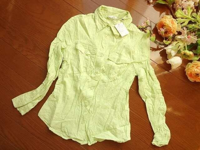 新品 Mari Pau黄緑 お花 刺繍七分袖シャツ ブラウスM  < 女性ファッションの
